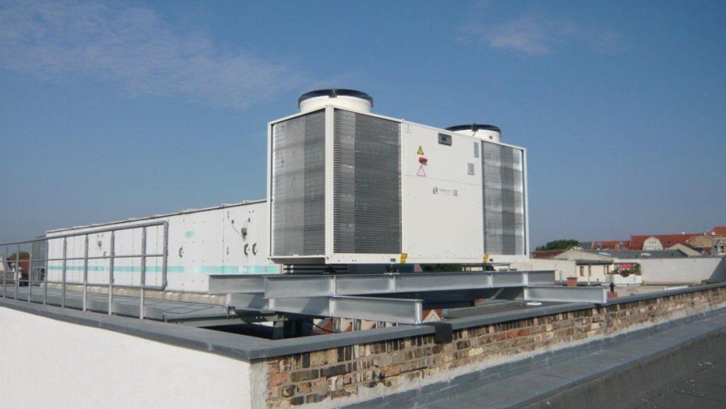 Kaltwassersatz auf dem Dach des Gebäudes Dachritzstr. 12, Halle